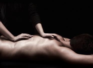 Jeune femme ce déplace pour vous masser